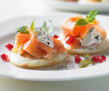 Blinis de calabacín con queso y salmón
