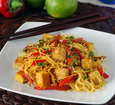 Fideos de arroz con jengibre, tofu y curry